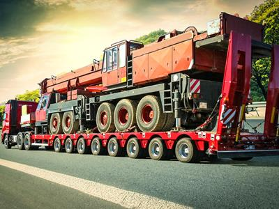 Semi-trailer suitable for the transport of lifting vehicles and heavy loads.
