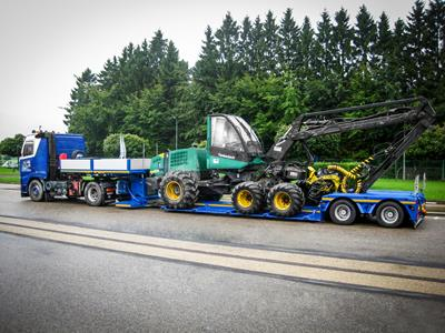 Low semi-trailer with an optimized loading length for transporting forestry machines (harvester, skidder, skidder, forestry carrier).