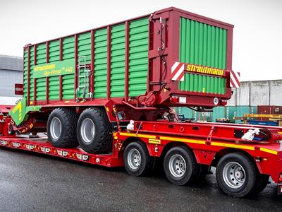 Low-bed semi-trailer with an optimized loading length for transporting machines in the agricultural sector.
