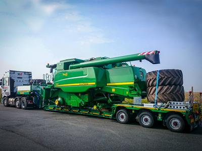 Low semi-trailer with an optimized loading length for transporting agricultural machinery (combine harvester, tractor, tug, beet harvester, silage trailer, slurry barrel).