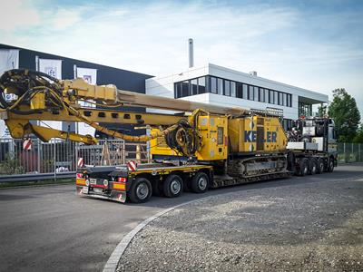Low semi-trailer with an optimized loading length for the transport of drilling machines.