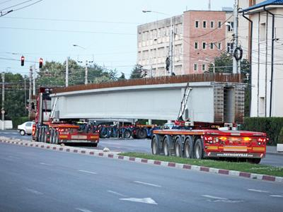 The vehicle is used to transport concrete beams. Colossal pieces that are 24 to 46 meters long and weigh between 20 and 70 tons