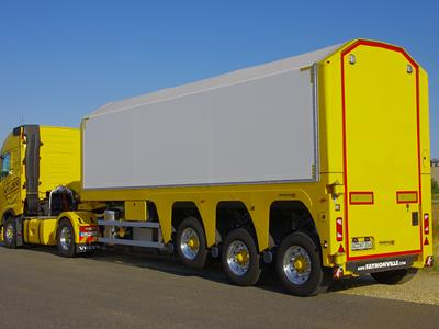 Built on 3 axles and equipped with a sophisticated securing system, the FloatMAX semi-trailer, partially metallised as standard, guarantees a high level of loading safety for the transportation of heavy and tall glass panes.