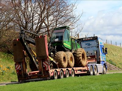Trailer designed for the transport of forestry machines (harvester, skidder, forestry carrier,...) and agricultural machines (tractors, combine harvester,...).