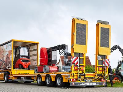 Transport of lifting vehicles such as lifting platforms, working platforms and forklifts. For the protection of some vehicles a tarpaulin structure was attached. Similar to the MultiMAX Plus are the following products : Allrounder from Goldhofer or the OSD and the MCO from Nooteboom.