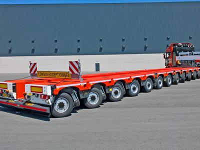 The red CombiMAX trailer with 12 axles is versatile and can be used for the transport of heavy, long and special goods. Similar models are Scheuerle's Eurocompact and Goldhofer's THP.