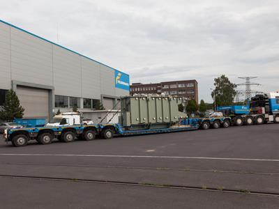 Low-bed trailer with 8 axle lines from the manufacturer Faymonville is ideal for transporting heavy goods from the energy sector, e.g. a transformer. Related products are the THP from Goldhofer and the Eurocompact from Eurocompact.