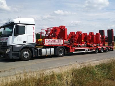 The MultiMAX with 3 axles easily transports several working platforms. The loading of the vehicle is simplified by the ramps. The all-rounder from Goldhofer or the OSD and the MCO from Nooteboom could be compared to the MultiMAX Plus.