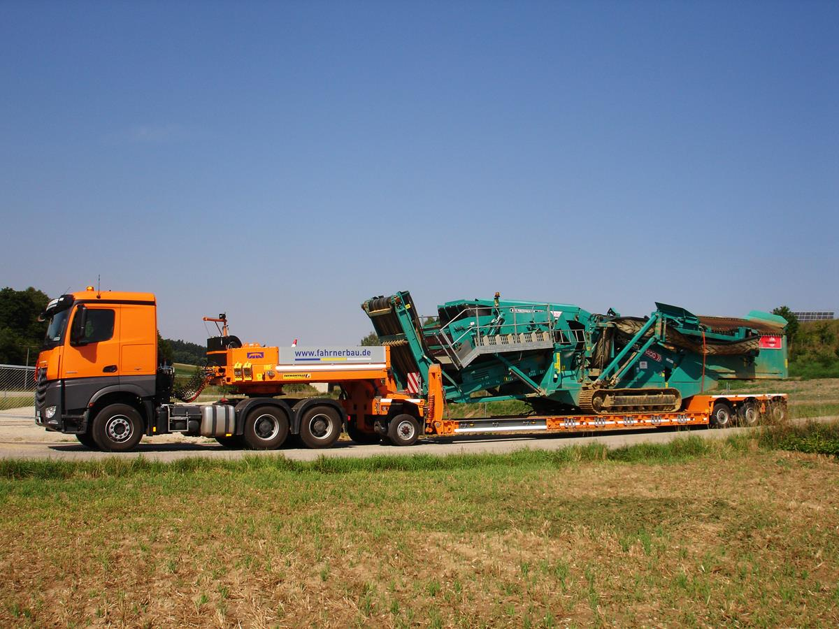 Low bed semi-trailer for special & heavy duty transports