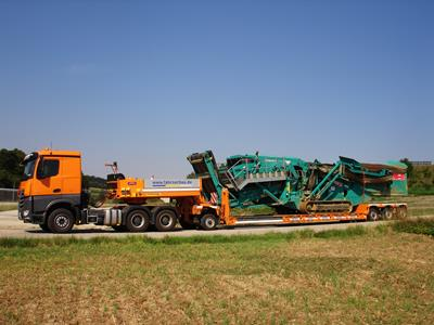 GigaMAX 4 axle low bed trailer with extendable girders. Comparable products are the Eurocompact by Scheuerle and Nicolas, the Euro Lowbed by Nooteboom, the STZ by Goldhofer, the Vario and the Panther by Doll