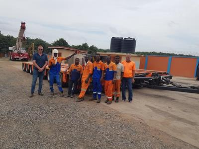 The team from Monpe Ventures (far right: owner Peter Everett) was given detailed training by Faymonville instructor Jef (far left) prior to the project.