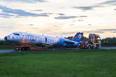 A Bombardier CRJ 200 has been transported on a 2-axle lowbed trailer