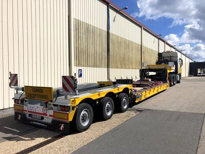 The loading platform of the low bed trailer with a length of 8,000 mm can be extended by additional 9,700 mm.