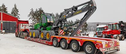 The MegaMAX lowbed trailer plays a leading role in the Finns' transport tasks. The vehicle can take payloads of up to 52 tonnes and with special authorisation even up to 67 tonnes.