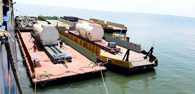 The 300 tons stator arrives by ship and is moved to Bukit Asam in South Sumatra where there is a power plant project.