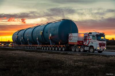 Three days are needed for the distance to move a 195 tons feedwater tank on 26 CombiMAX modular axle lines.